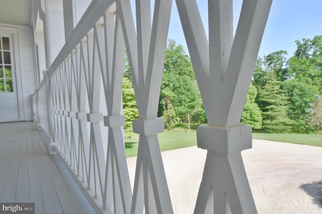 Veranda architectural detail - 8362 HOLTZCLAW RD, WARRENTON
