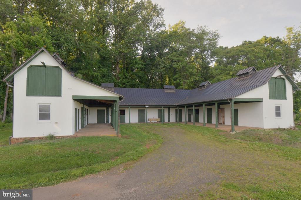9-stall stables - 8362 HOLTZCLAW RD, WARRENTON