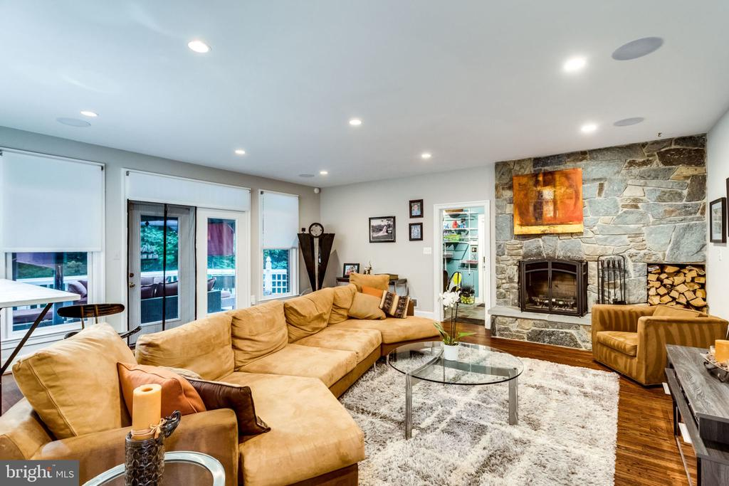 FAMILY ROOM WITH GAS/WOOD BURNING FIREPLACE - 11104 PRINCE EDWARD CT, OAKTON