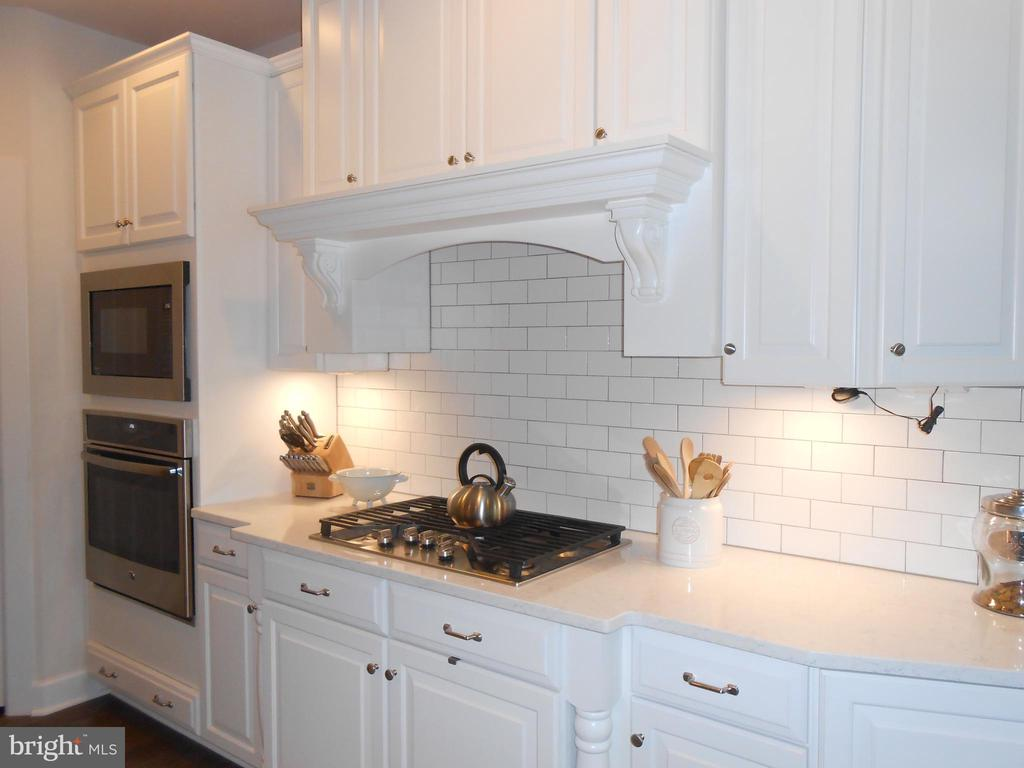5 burner gas stove - Subway tile backsplash - 6435 BOB WHITE DRIVE, WARRENTON