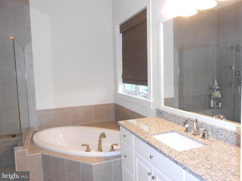 Master Bath - Upgraded Tile - 6435 BOB WHITE DRIVE, WARRENTON