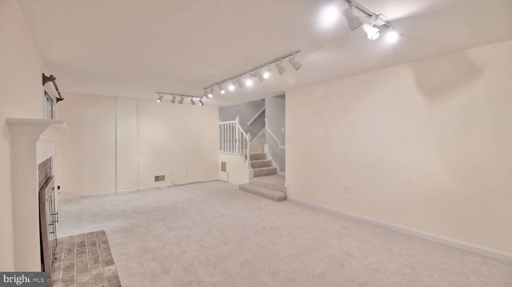 Street level family room - 420 COUNCIL DR NE, VIENNA