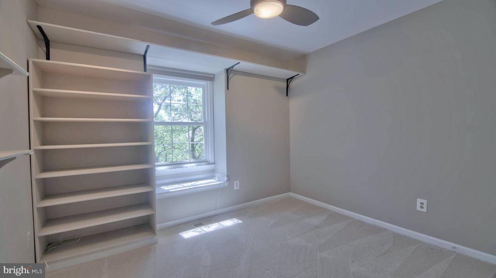 Bedroom 3 with built in shelving and custom closet - 420 COUNCIL DR NE, VIENNA