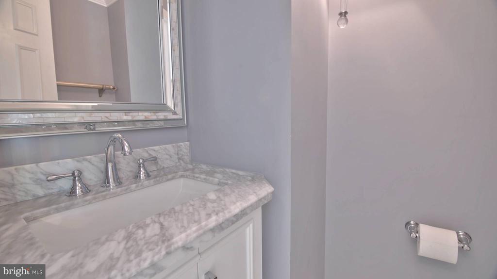 Guest Powder Room - 420 COUNCIL DR NE, VIENNA