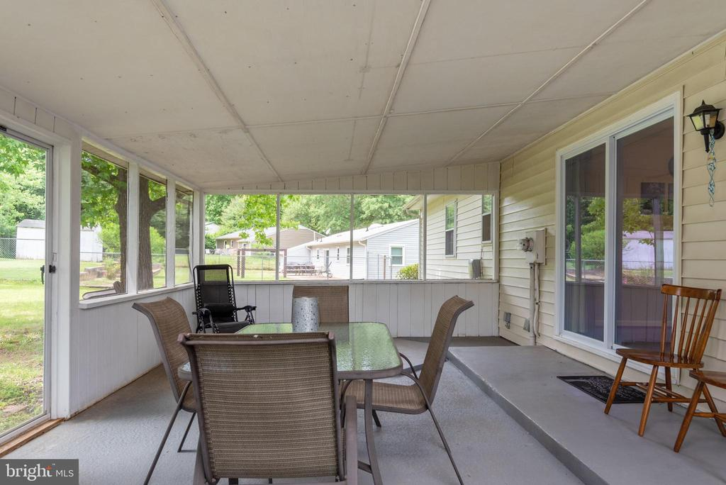 Let the good time begin in this screened in porch - 146 WINEWOOD DR, LOCUST GROVE