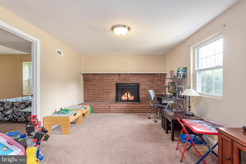 Family room main level with brick fireplace - 146 WINEWOOD DR, LOCUST GROVE