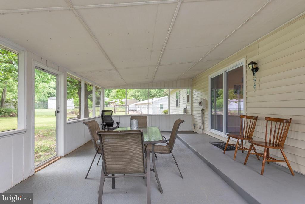 26 X 14 screened in porch off dining room - 146 WINEWOOD DR, LOCUST GROVE