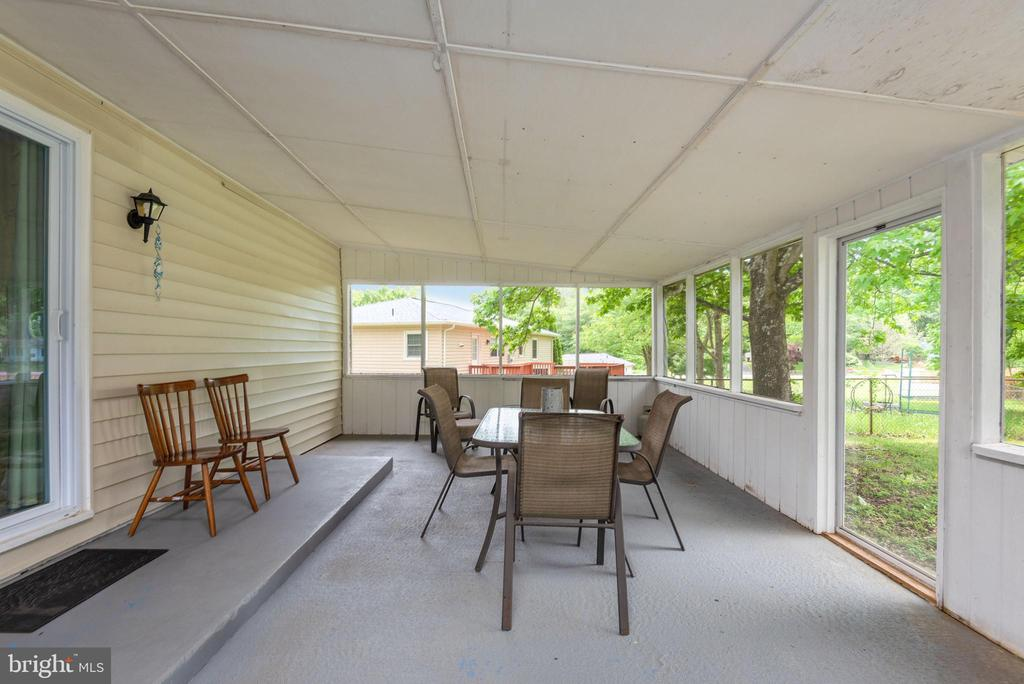 Screened in porch to enjoy! - 146 WINEWOOD DR, LOCUST GROVE