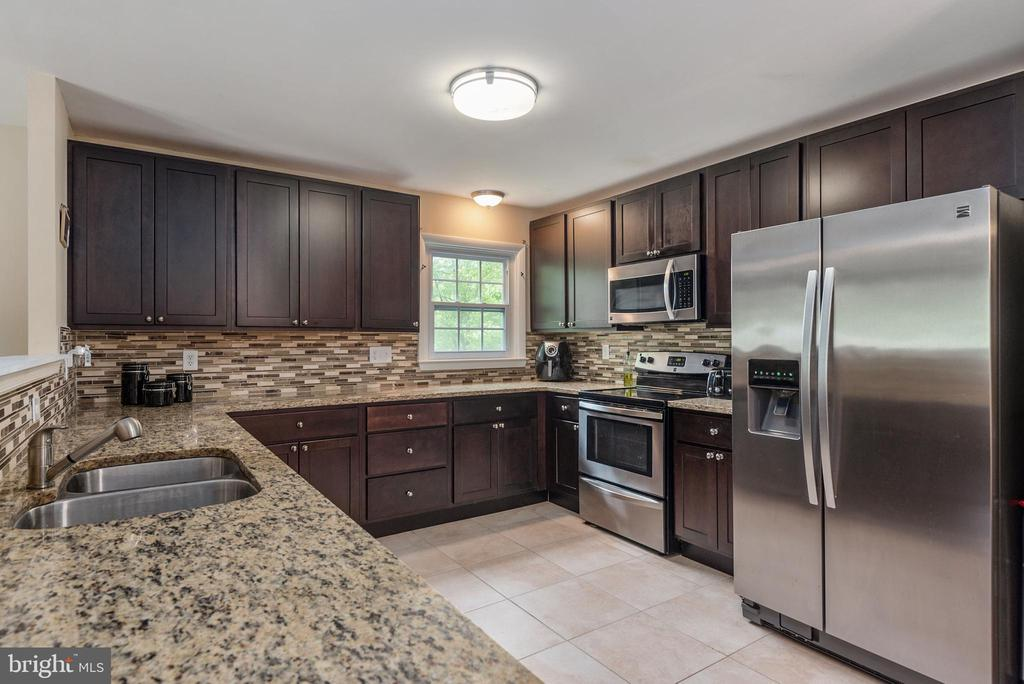 Beautiful cabinets in this remolded kitchen - 146 WINEWOOD DR, LOCUST GROVE