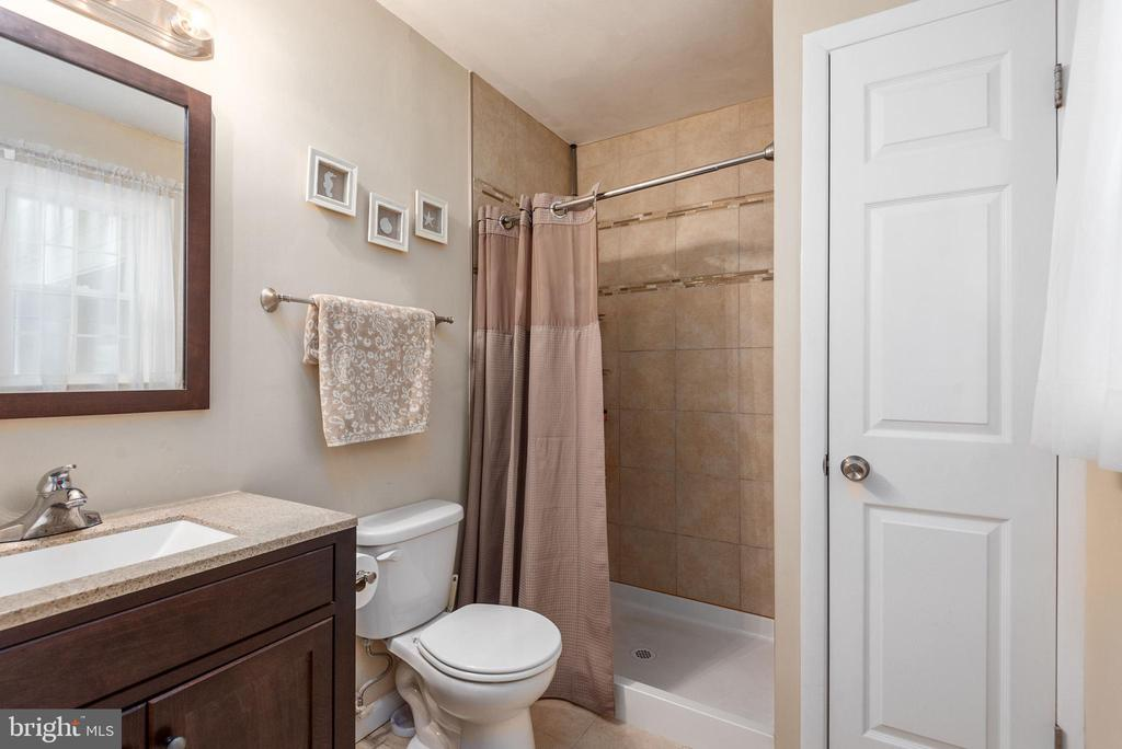 Master bath features ceramic shower & linen closet - 146 WINEWOOD DR, LOCUST GROVE
