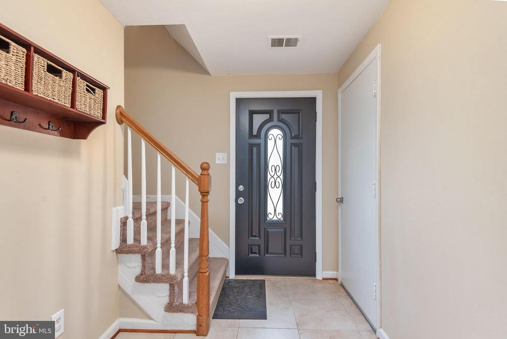 Spacious foyer from the front entry way - 146 WINEWOOD DR, LOCUST GROVE