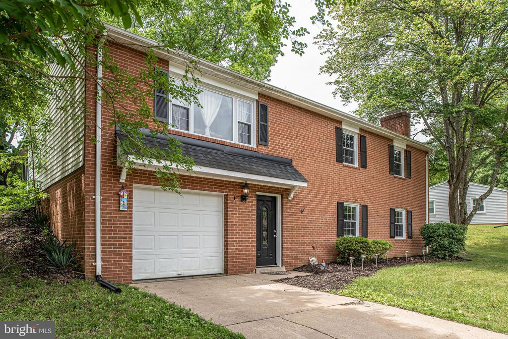 Ample parking on driveway and 1 car garage - 146 WINEWOOD DR, LOCUST GROVE