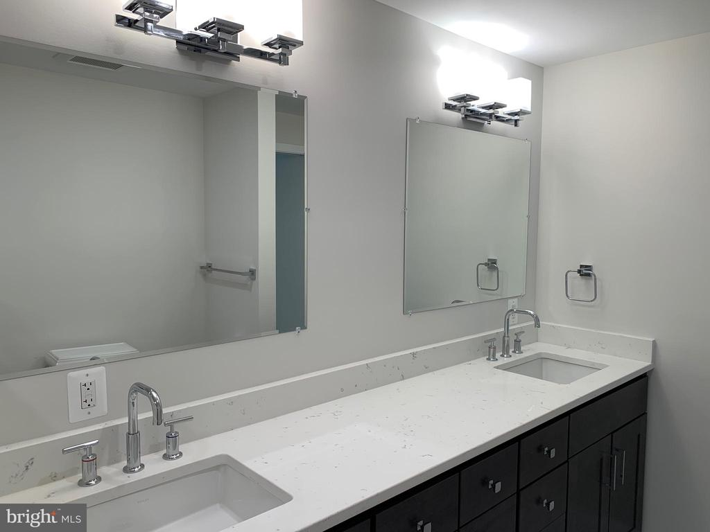 Master bathroom his & her vanity sinks & storage. - 14182 WYNGATE DR, GAINESVILLE