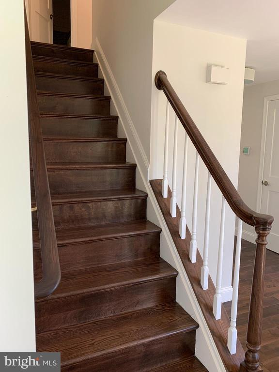 New custom oak stairs. - 14182 WYNGATE DR, GAINESVILLE