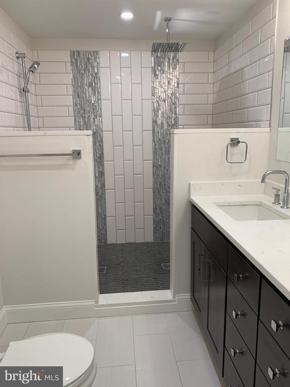 Custom shower & glass tile in master bathroom. - 14182 WYNGATE DR, GAINESVILLE