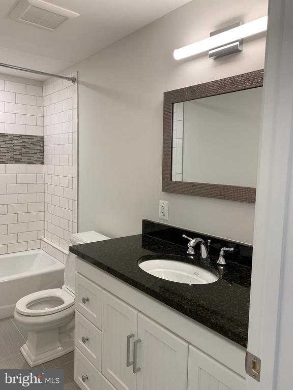 Hall bathroom large vanity and granite. - 14182 WYNGATE DR, GAINESVILLE