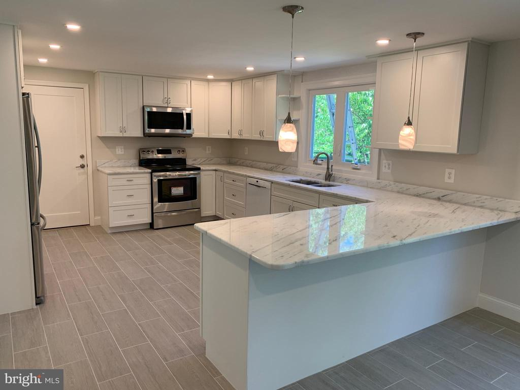 New kitchen, White Fantasy granite, and stainless! - 14182 WYNGATE DR, GAINESVILLE