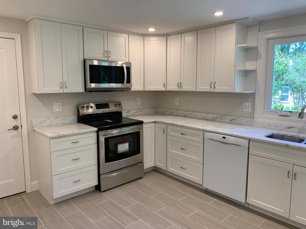 Brand new range and microwave. - 14182 WYNGATE DR, GAINESVILLE