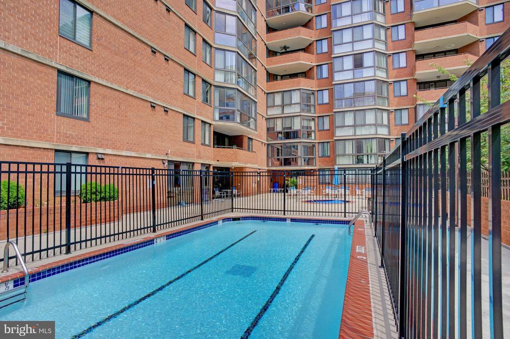 Outdoor pool - 1001 N RANDOLPH ST #911, ARLINGTON