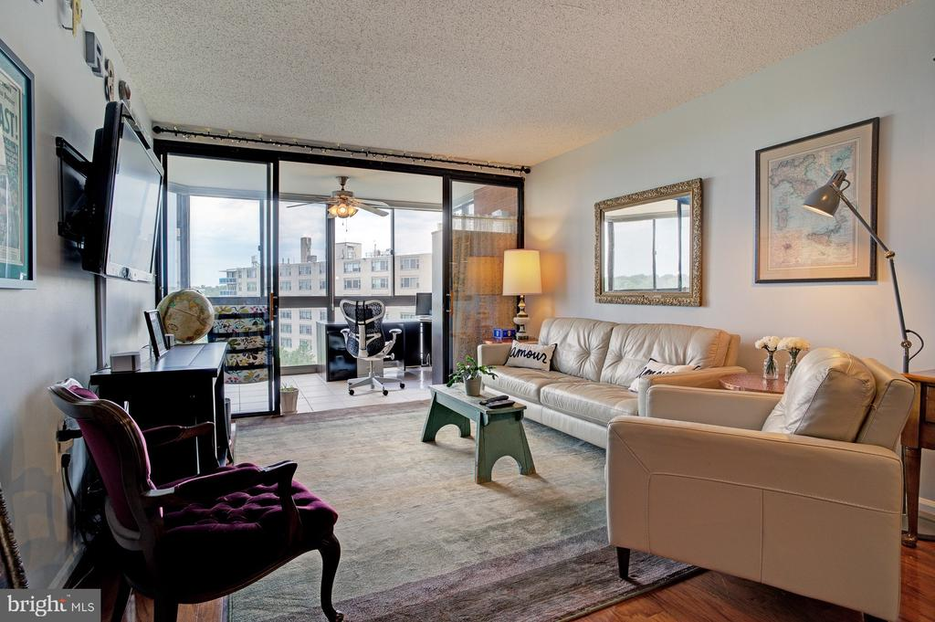 Spacious living room - 1001 N RANDOLPH ST #911, ARLINGTON