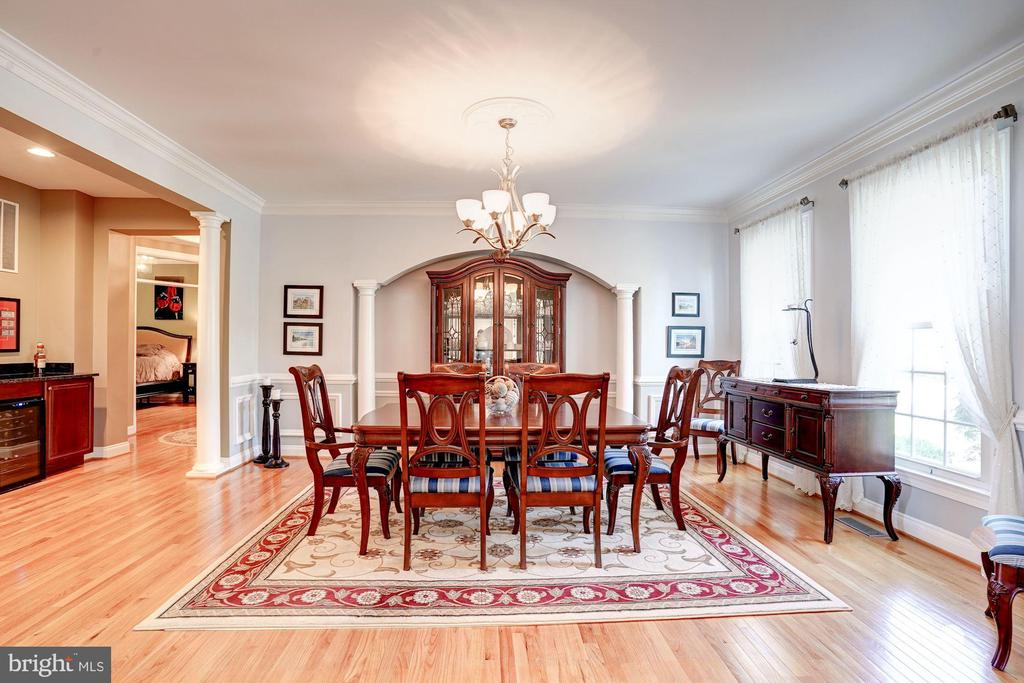 Dining room with decorative columns - 43705 MAHOGANY RUN CT, LEESBURG