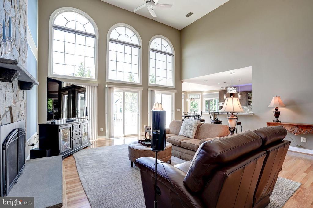 Family room w/ palladian windows. Access to deck. - 43705 MAHOGANY RUN CT, LEESBURG