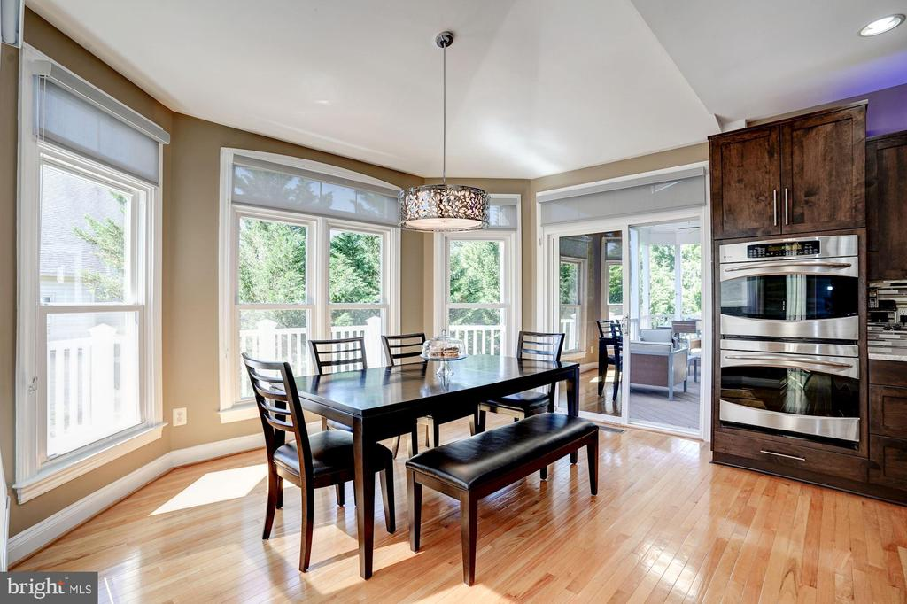 Breakfast area with tented ceiling - 43705 MAHOGANY RUN CT, LEESBURG