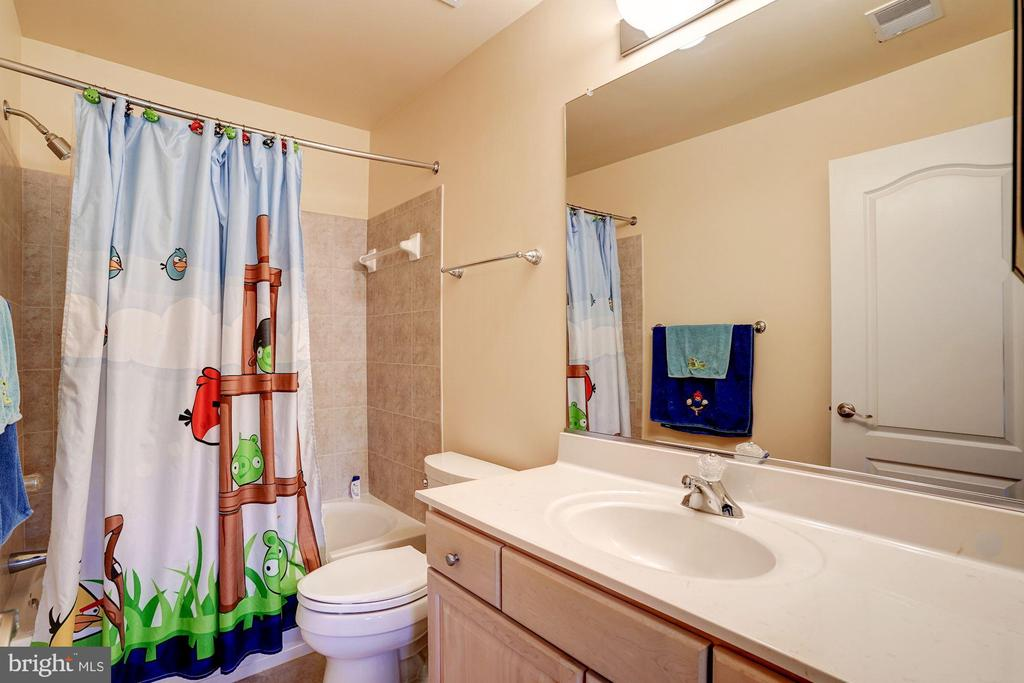 En suite bathroom for Upper level BR 3 - 43705 MAHOGANY RUN CT, LEESBURG