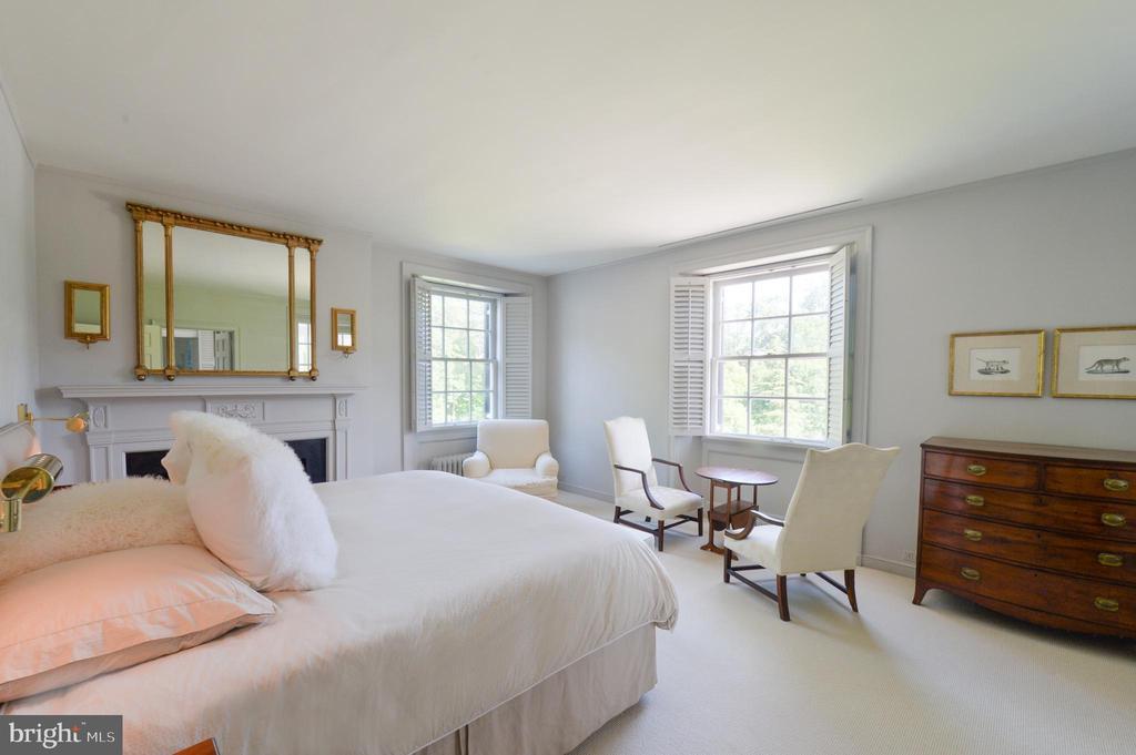Master bedroom with veranda access - 8362 HOLTZCLAW RD, WARRENTON