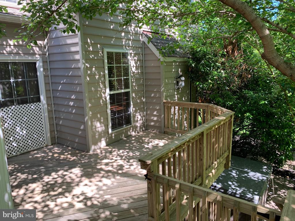 Large deck for entertaining - 26032 TALAMORE DR, CHANTILLY