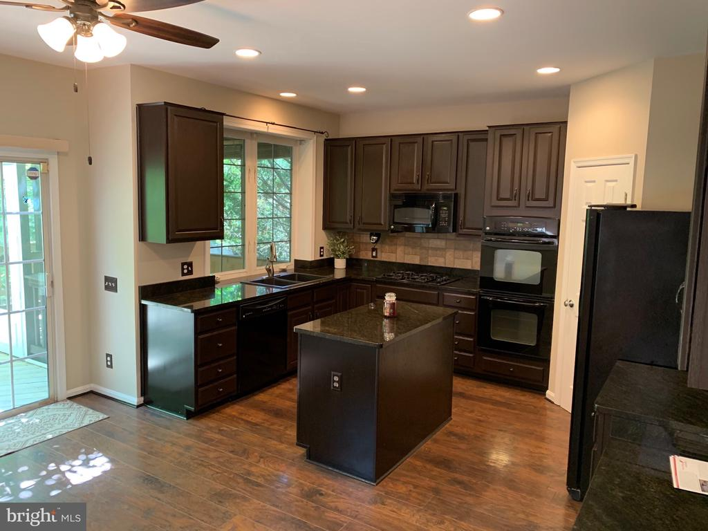 Nice appliances and endless cabinetry - 26032 TALAMORE DR, CHANTILLY