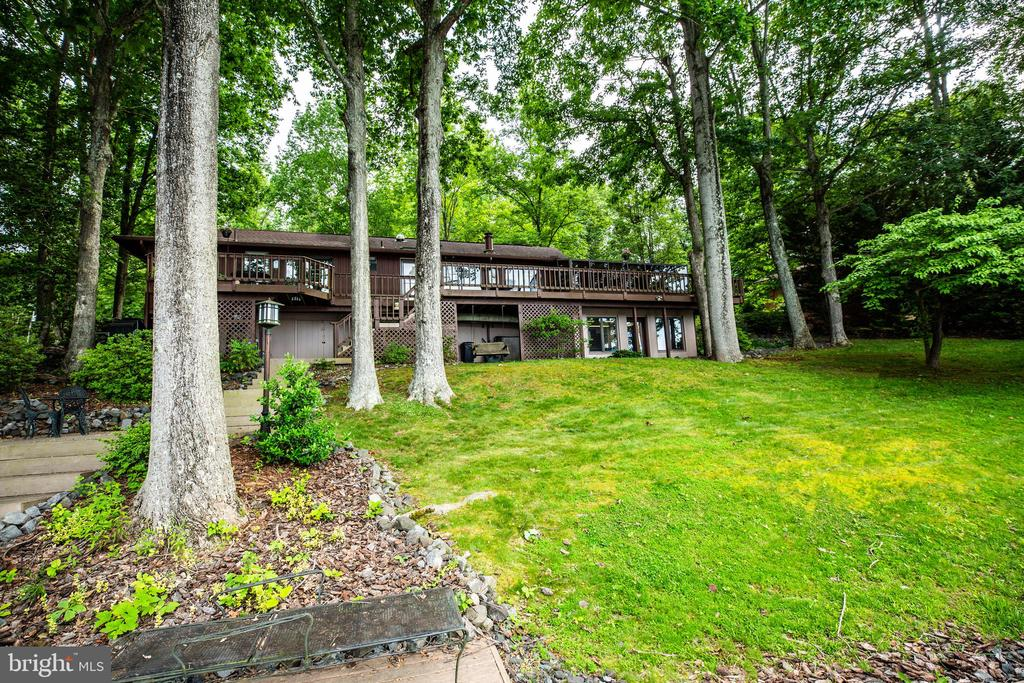 Ample yard for entertaining family and friends - 122 MADISON CIR, LOCUST GROVE