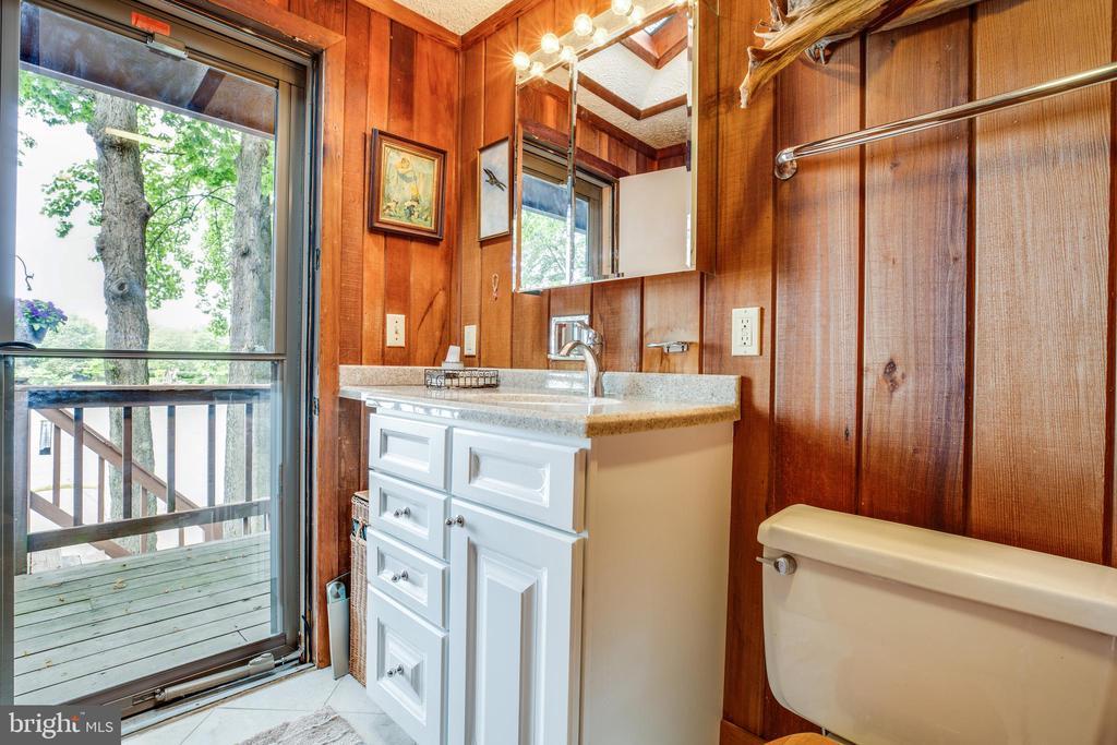 Main level bath with exterior access! - 122 MADISON CIR, LOCUST GROVE