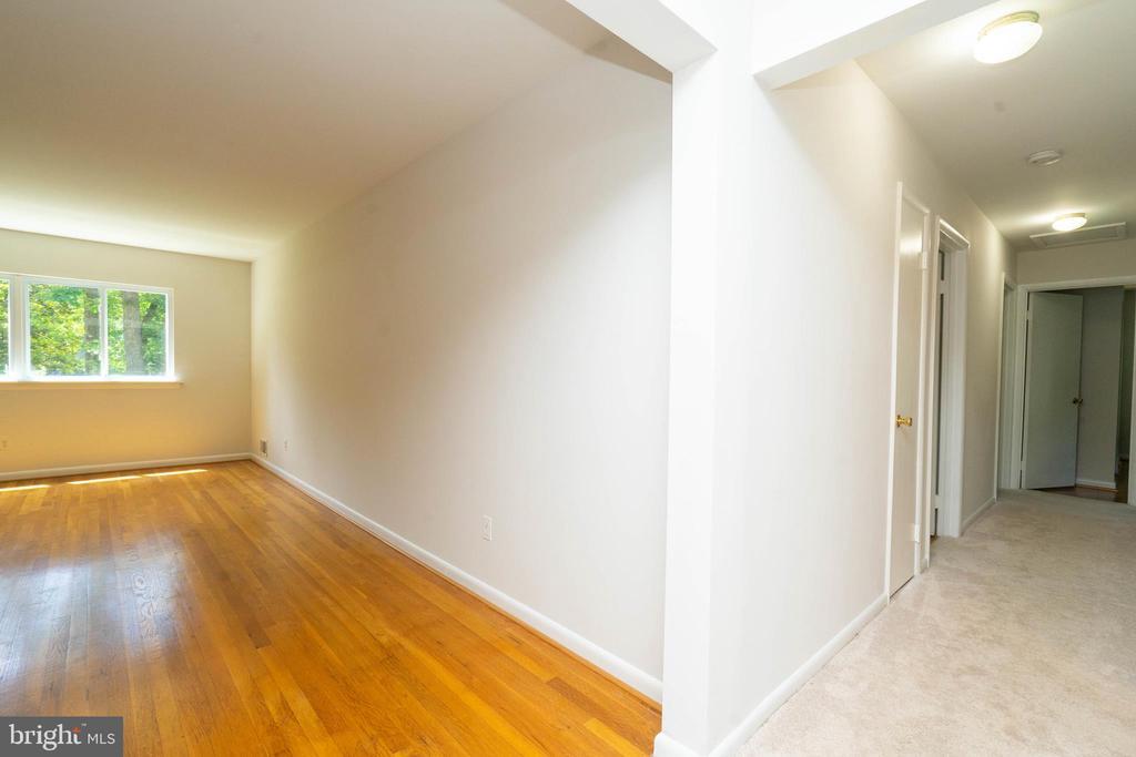 Living Room/Hallway - 6001 SHERBORN LN, SPRINGFIELD