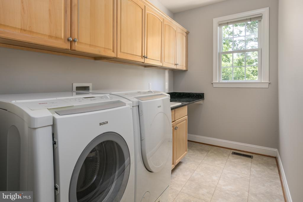 Large separate laundry room - 19030 COTON FARM CT, LEESBURG