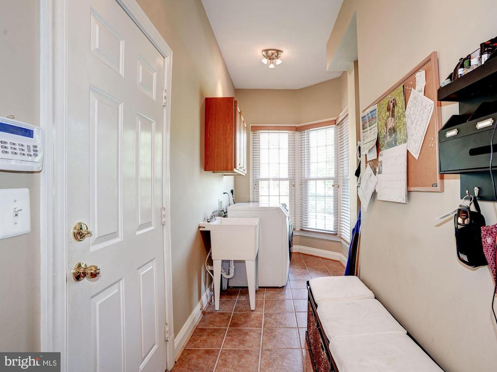 Mudroom off garage with laundry and sink - 43705 MAHOGANY RUN CT, LEESBURG
