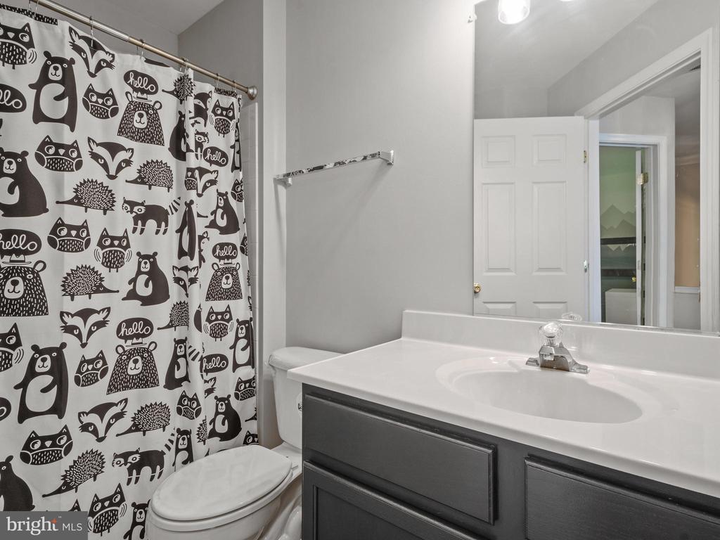 2nd Level Hall Bathroom - 15528 BOAR RUN CT, MANASSAS