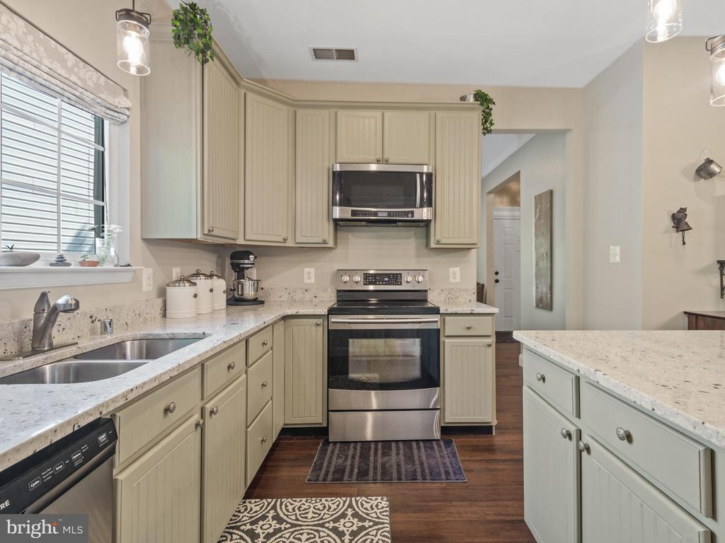 Kitchen with Stainless Steel Appliances - 15528 BOAR RUN CT, MANASSAS