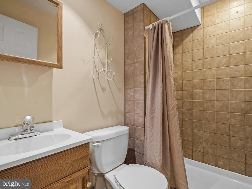 Lower Level Full Bathroom - 15528 BOAR RUN CT, MANASSAS