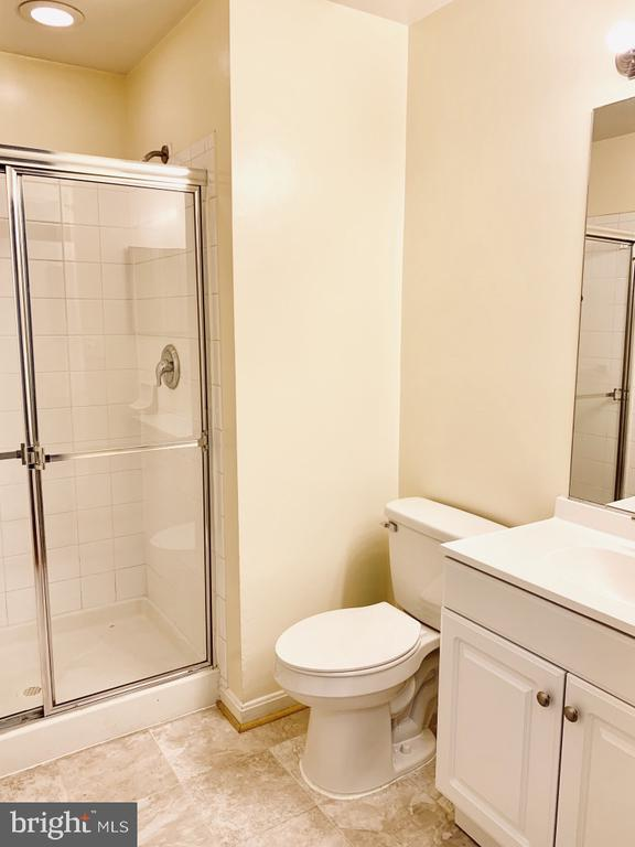Common full bath for rooms 1 & 2 with new vanity - 501 CONSTELLATION SQ SE #C, LEESBURG