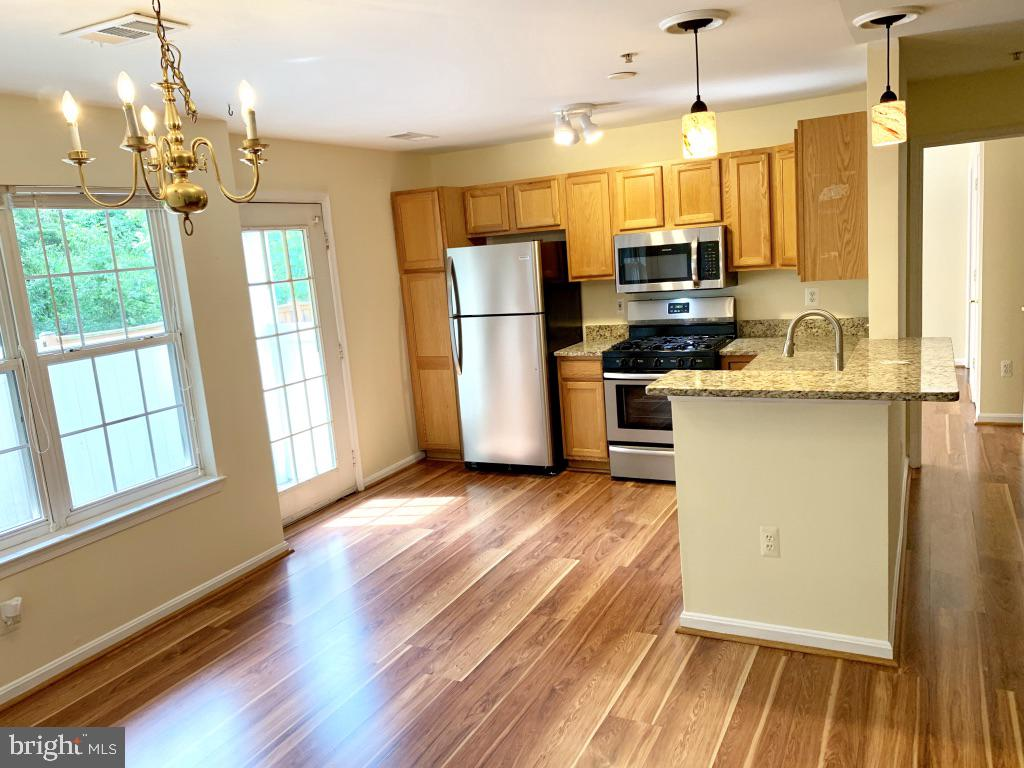 Bright open concept, main level living.  No stairs - 501 CONSTELLATION SQ SE #C, LEESBURG