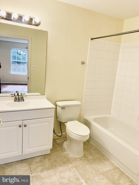 Full master bath with new vanity - 501 CONSTELLATION SQ SE #C, LEESBURG