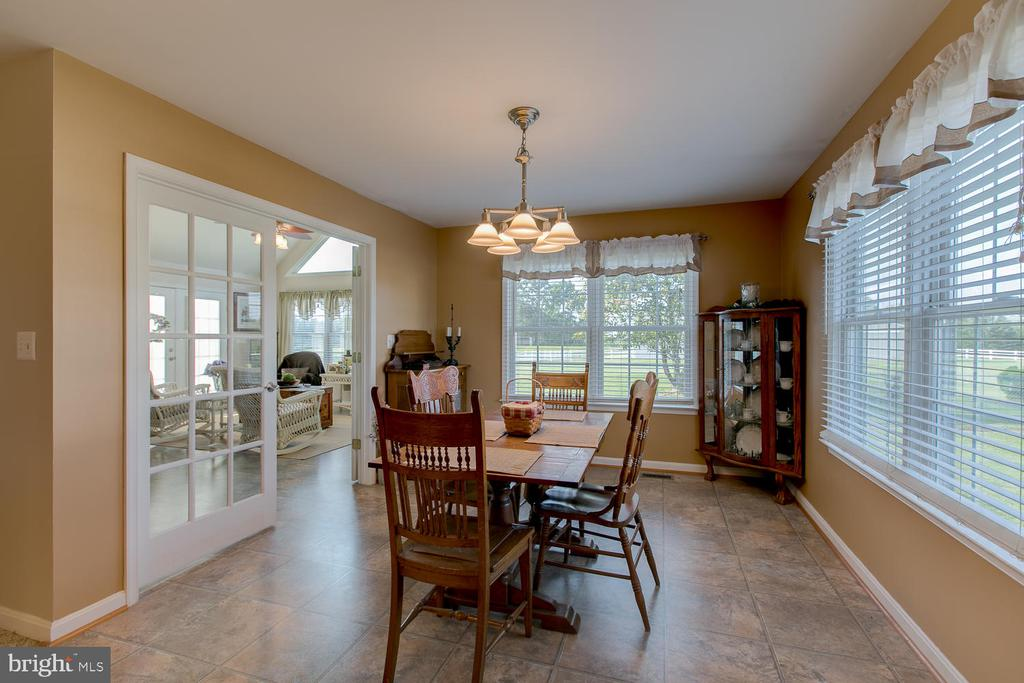Large breakfast area surrounded with sunlight - 9315 PAIGE RD, WOODFORD