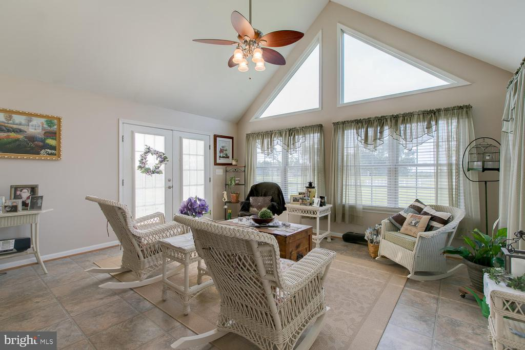 Sun Room for relaxing - 9315 PAIGE RD, WOODFORD