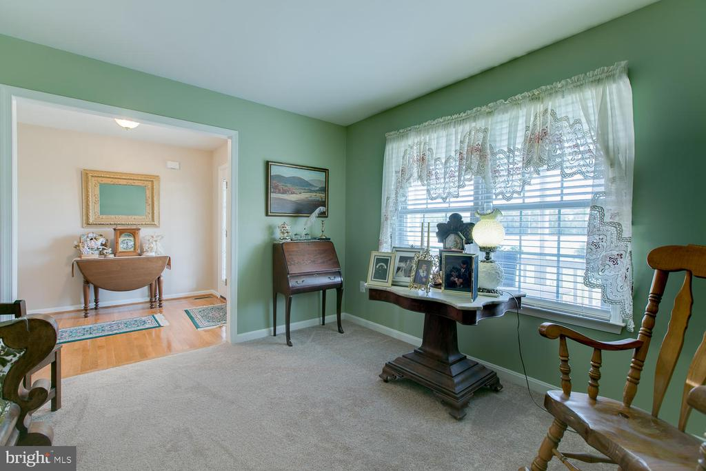 Living room with large window to see the farm - 9315 PAIGE RD, WOODFORD