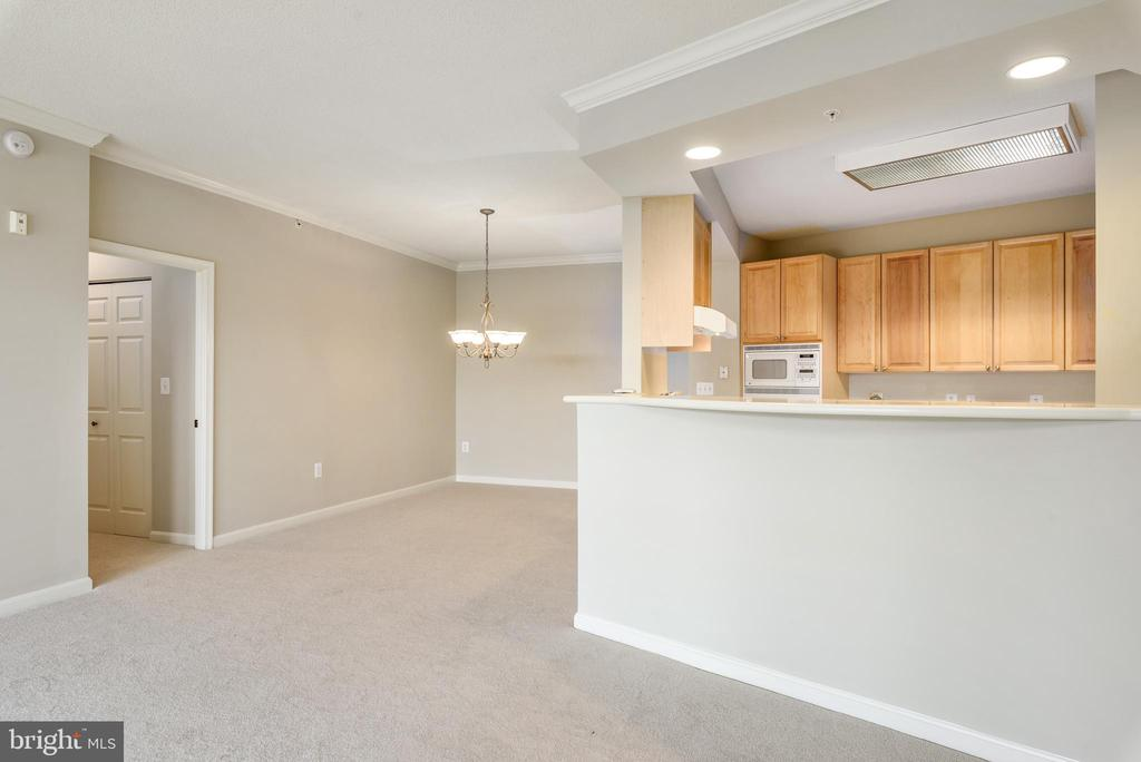 Great open floor plan with separate dining area - 19350 MAGNOLIA GROVE SQ #207, LEESBURG