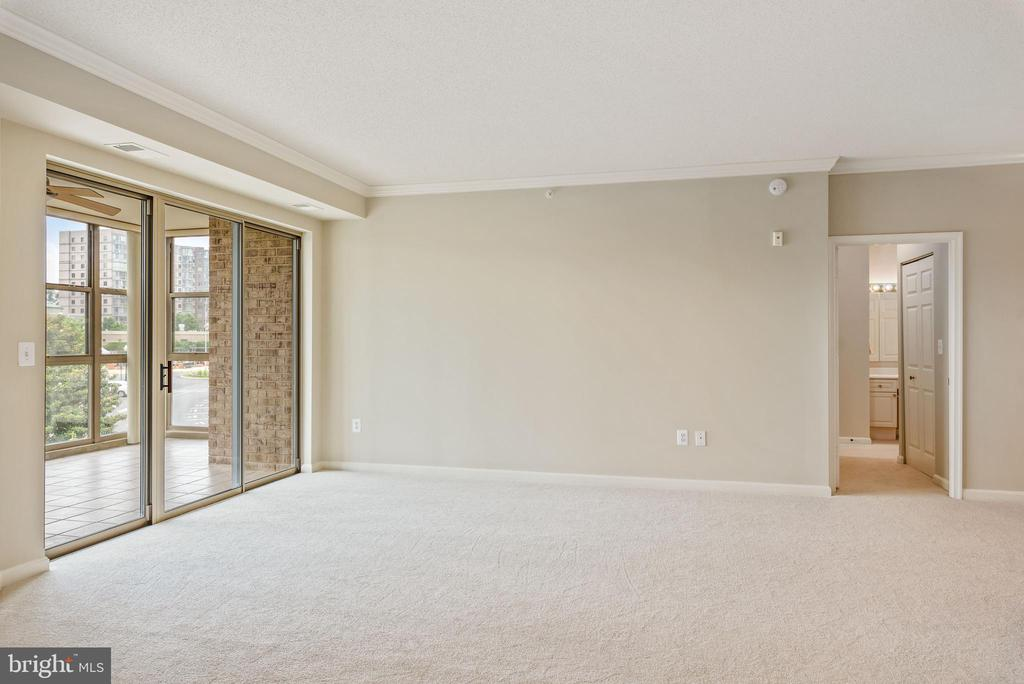 Large living Area - 19350 MAGNOLIA GROVE SQ #207, LEESBURG