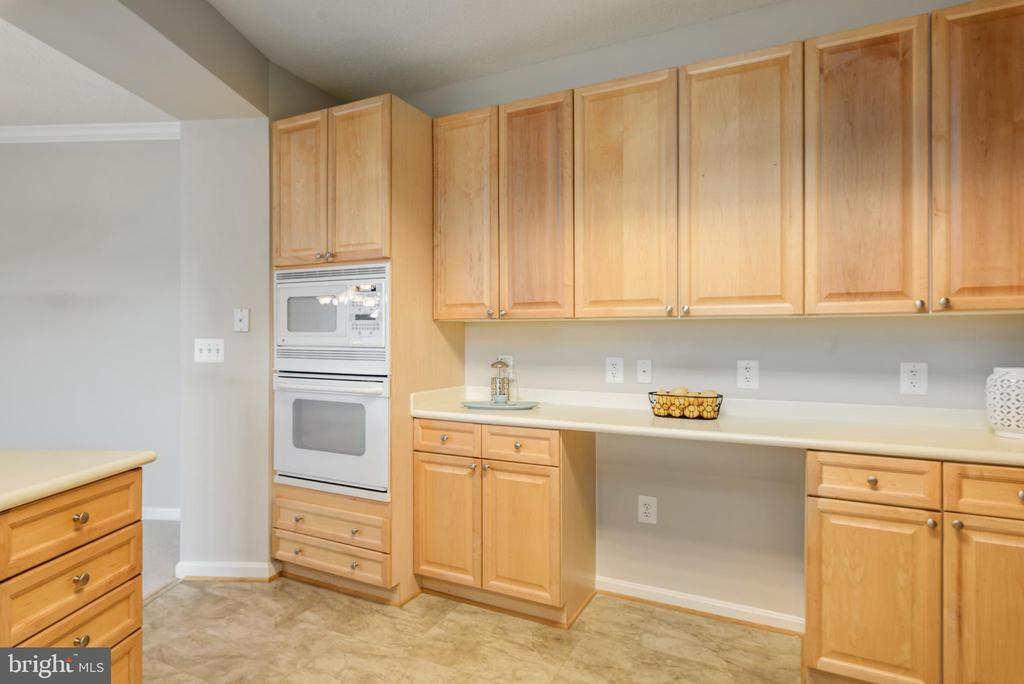 Plenty of cabinets and counter top space - 19350 MAGNOLIA GROVE SQ #207, LEESBURG