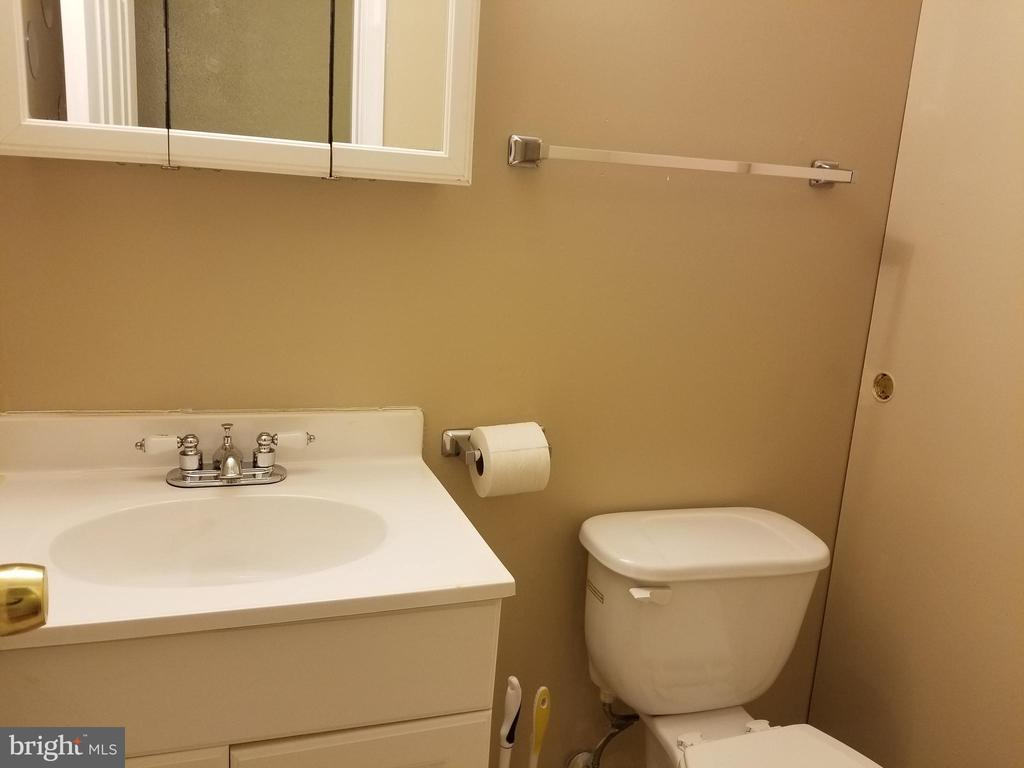 Main level 1/2 bath - 2516 SEDGEWICK PL, DUMFRIES