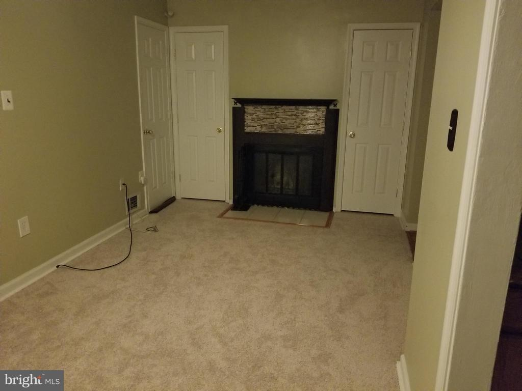 Family room with wood burning fire place - 2516 SEDGEWICK PL, DUMFRIES